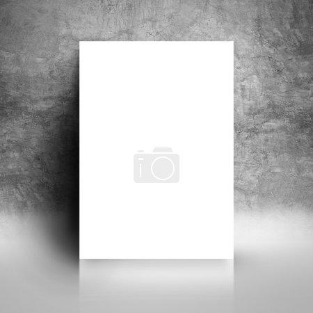 Photo pour Vide affiche livre blanc, accoudé Grunge Gray Studio chambre mur comme espace de copie pour la conception et le modèle se moquer pour ajouter votre texte. - image libre de droit