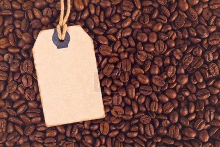 Foto de Descuento en blanco Etiqueta de precio Vintage Etiqueta y granos de café como fondo texturizado, Vista superior - Imagen libre de derechos
