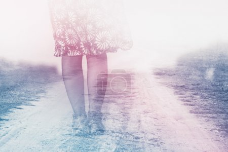 Photo pour Jambes féminines sur la route du pays vers nulle part, concept d'anxiété, double exposition, effet de tonalité rétro vintage - image libre de droit