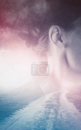 Photo pour Portrait de femme inquiète double exposition avec route de campagne sans fin vers nulle part, effet de tonalité rétro vintage - image libre de droit