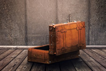Photo pour Face arrière de la valise en cuir vintage ouverte prête à l'emballage, effet tonique rétro - image libre de droit
