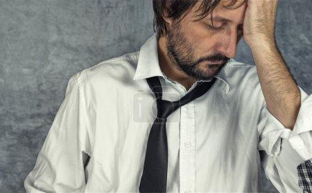 Photo pour Portrait de fatigué épuisé homme d'affaires en difficulté, des problèmes de carrière - image libre de droit
