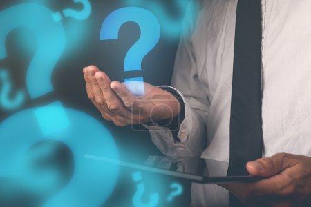 Photo pour Homme d'affaires avec questions, homme d'affaires avec tablette numérique tenant le point d'interrogation, image retro tonique, focus sélectif - image libre de droit