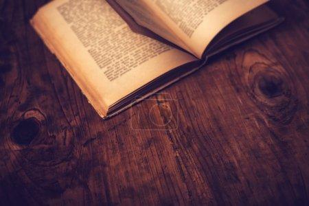 Photo pour Ancien bureau de bibliothèque en bois avec texte illisible, image tonique rétro, mise au point sélective - image libre de droit
