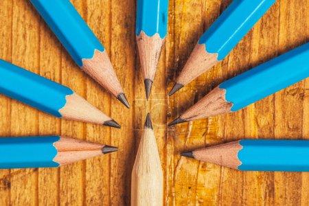 Photo pour Démarquer de la foule, étant un concept différent, entouré par l'adversité, à en juger l'odd one, bois crayons sur le Bureau - image libre de droit