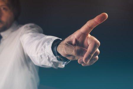 Sie sind gefeuert Konzept, Chef gestikuliert Weg aus Handzeichen