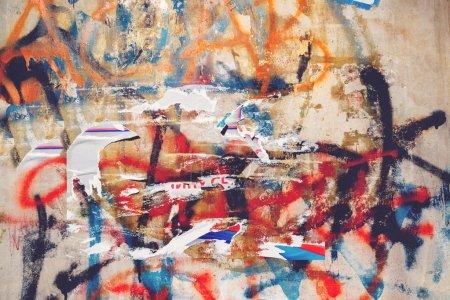 Miejskich grunge tekstur, rozdarty plakaty i graffiti na ścianie ulicy