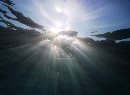 Photo pour Résumé du paysage sous-marin Rayons de soleil traversant la surface de l'eau en mer bleu profond - image libre de droit
