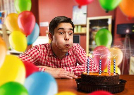 Photo pour Jeune souriant homme fête anniversaire - image libre de droit