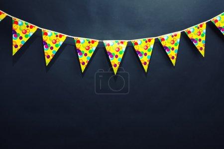 Photo pour Drapeaux de décoration d'anniversaire accrochés au mur gris - image libre de droit
