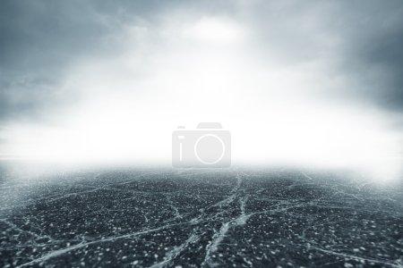 Photo pour Route grise dans un épais brouillard dense - image libre de droit