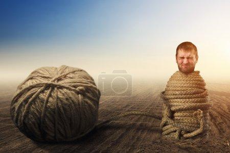 Foto de Hombre en cautiverio de hilos, concepto de impotencia - Imagen libre de derechos