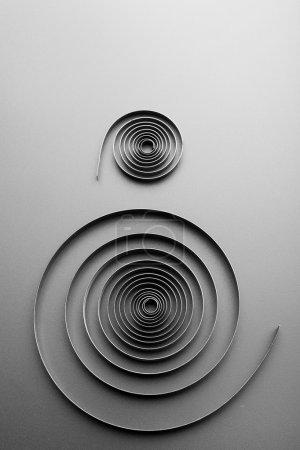 Photo pour Deux spirales métalliques abstraites sur fond gris - image libre de droit