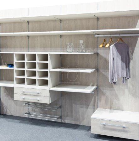Photo pour Dressing moderne en bois blanc - image libre de droit