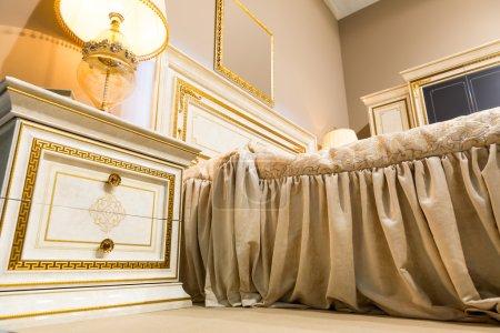 Photo pour Vue de dessous d'une chambre de luxe éclairés - image libre de droit