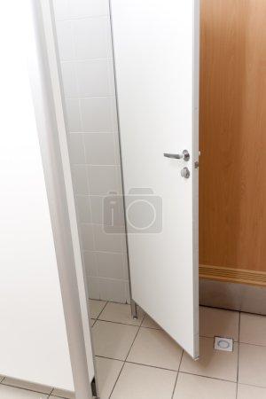 Photo pour White a ouvert la porte à la salle vide - image libre de droit