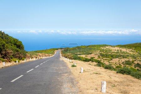 Photo pour Route dans les montagnes verdoyantes d'été, Portugal, Madère - image libre de droit