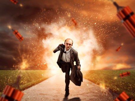 Photo pour Un homme d'affaires fuit la dynamite qui explose sur la route - image libre de droit