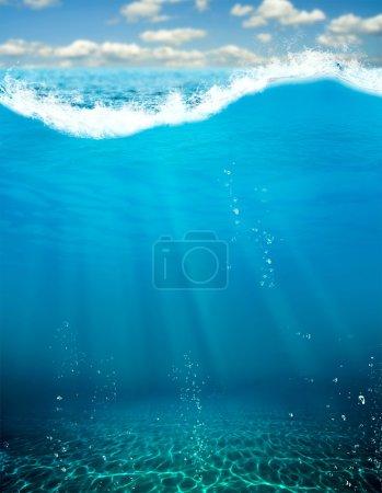 Photo pour Vue sous-marine de l'abîme bleu profond - image libre de droit