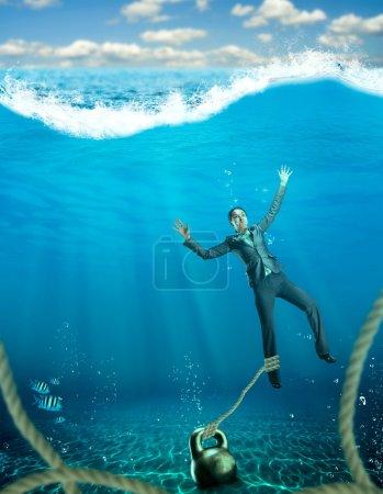 Photo pour Femme d'affaires avec haltère sur main s'enfoncer dans la mer - image libre de droit