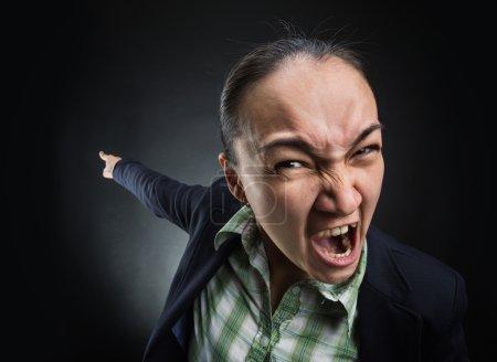 Photo pour Femme en colère criant et pointant vers l'arrière - image libre de droit