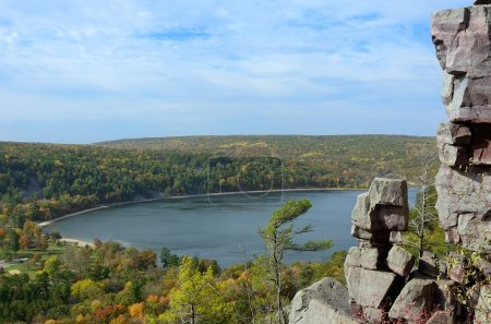 Photo pour Lac Devils à l'automne dans Devils Lake State Park près de Baraboo, Wisconsin - image libre de droit