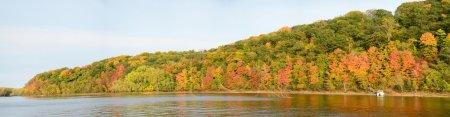 Photo pour Vue panoramique des couleurs automnales le long de la rivière Sainte-Croix près de Stillwater, Minnesota - image libre de droit