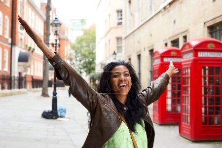 Photo pour Femme heureuse avec les bras tendus à Londres - image libre de droit
