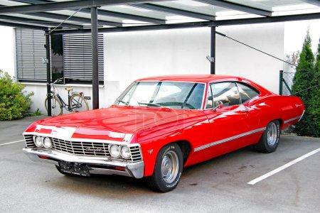 Photo pour Salzbourg - 28 juillet 2014 : Classic american muscle cars Chevrolet Impala à la rue de la ville. - image libre de droit