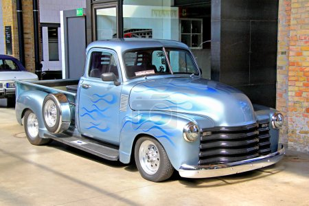 Photo pour BERLIN, GERMANY - AUGUST 12, 2014: Classic american pickup truck Chevrolet Advance Design in the museum of vintage cars Classic Remise. - image libre de droit