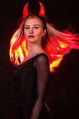 Schöne junge Frau mit roter Dämon Hörner und rote Haare
