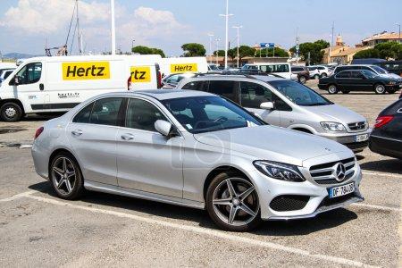 Photo pour SAINT-TROPEZ, FRANCE - 3 AOÛT 2014 : Voiture argentée Mercedes-Benz W205 Classe C dans la rue de la ville . - image libre de droit