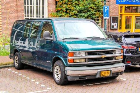 Photo pour Amsterdam, Pays-Bas - 10 août 2014 : Voiture de moteur Chevrolet Express à la rue de la ville. - image libre de droit
