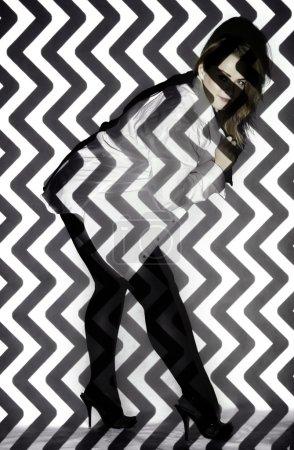 Photo pour Belle jeune femme couverte de zigzags noirs et blancs - image libre de droit
