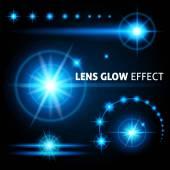 Realistické objektiv světlice a paprsky flash bílé oranžové světlo na tmavém pozadí. Vektorové ilustrace