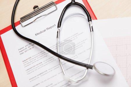 Photo pour Rapport médical fictif générique et cardiogramme - image libre de droit