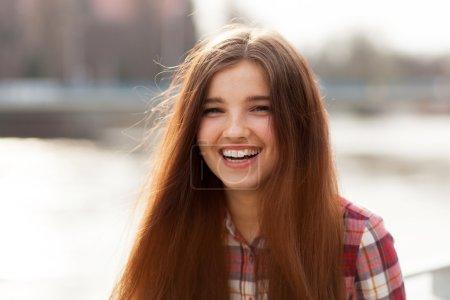 Photo pour Portrait visage naturel en plein air d'une belle jeune femme - image libre de droit
