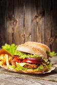 Finom hamburgert és sült krumplival