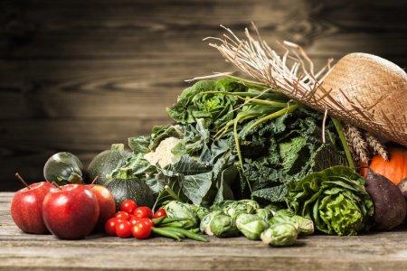 Photo pour Assortiment de légumes verts sur la surface en bois - image libre de droit