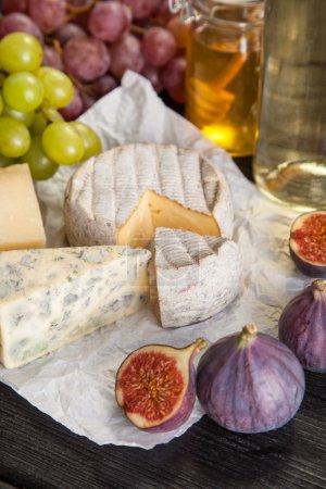 Photo pour Vin et fromage nature morte - image libre de droit