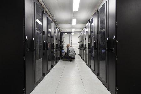 Foto de Especialistas en servidores que trabajan en servidores en una sala de servidores - Imagen libre de derechos