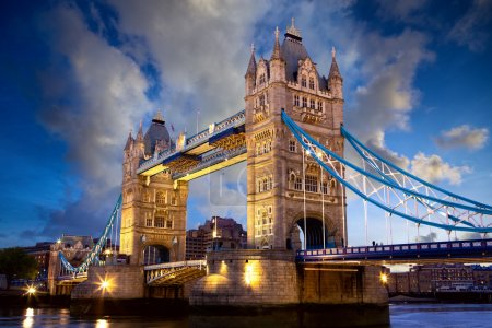 Photo pour Tower Bridge au crépuscule, London, United Kingdom - image libre de droit