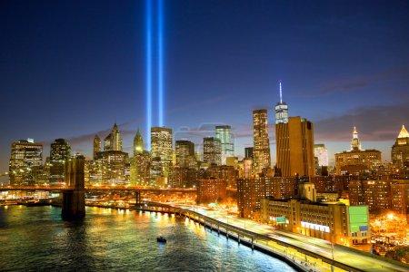 Photo pour Toits de la ville de New York et les tours de lumières (hommage à la lumière) - image libre de droit
