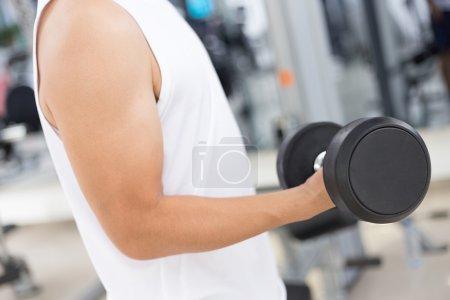 Photo pour Jeune homme dans la salle de sport moderne - image libre de droit