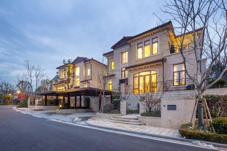 Photo pour Maison Villa moderne avec lumière jaune - image libre de droit
