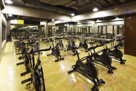 Photo pour Décoration et équipement dans la salle de gym moderne - image libre de droit