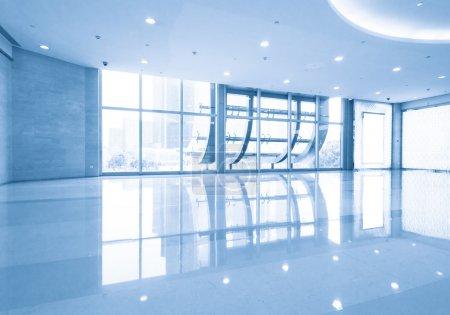 Photo pour Plancher de verre dans un bâtiment moderne avec des fenêtres en verre - image libre de droit