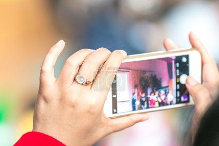 Photo pour Photo prise femme avec téléphone portable - image libre de droit