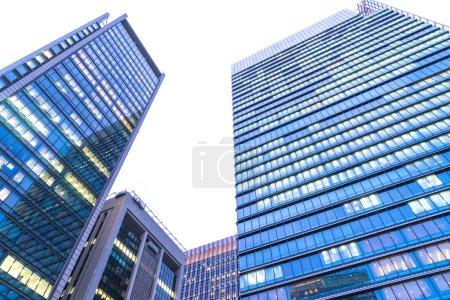Photo pour Gros plan des immeubles de bureaux modernes à Tokyo - image libre de droit