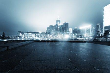 Photo pour Paysage urbain de la ville urbaine moderne au cours de la nuit. - image libre de droit